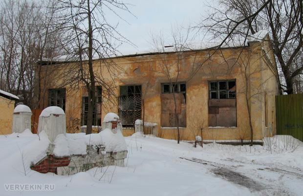 Заброшенное здание в парке