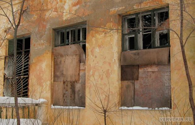 Выбитые окна разрушенного здания