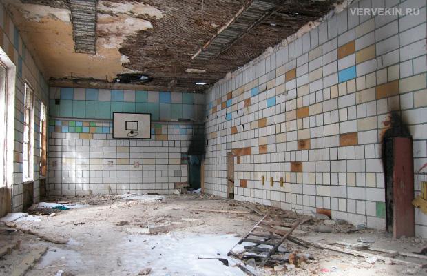 Разрушенное здание в сквере Тельмана: вид изнутри