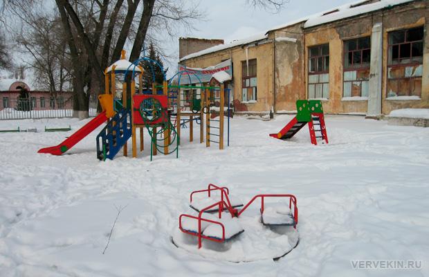 Детская площадка у стен бывшего клуба в сквере Тельмана