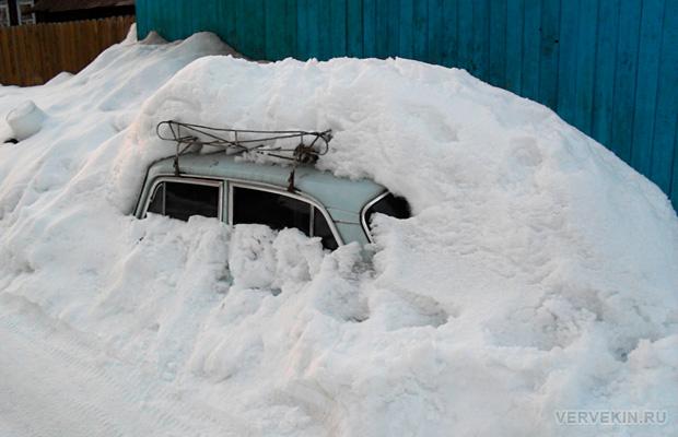 В частном секторе Перми: машина в снегу