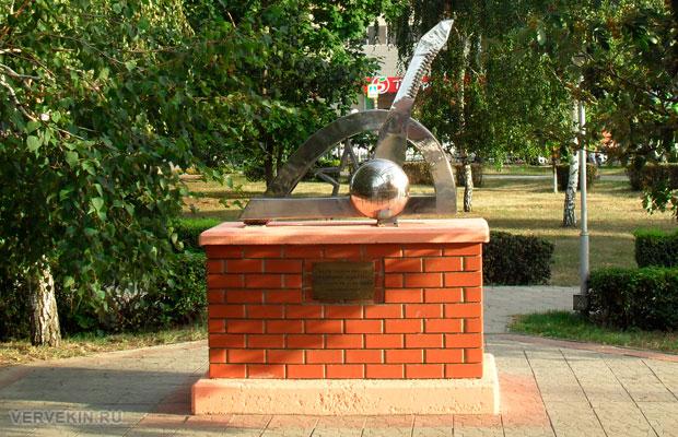 Памятник итальянцам Россошь, вид сзади
