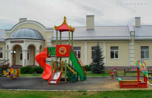 Церковно-приходская школа и детская площадка на территории храмового комплекса