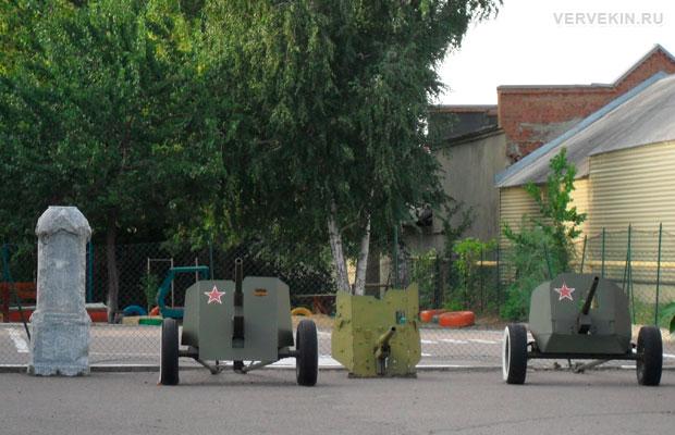 Орудия времен второй мировой во дворе детского сада