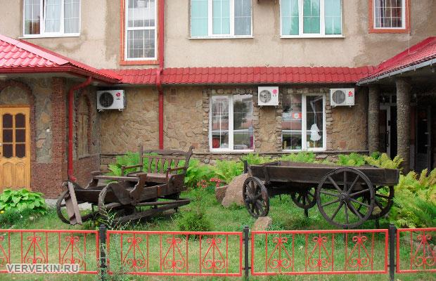 Деревянные сани и телега у входа в кафе