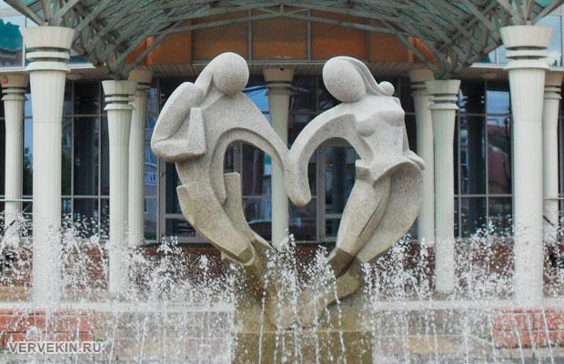 Фонтан и скульптура у россошанского ЗАГСа