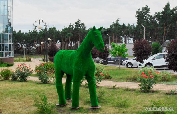 Зеленая лошадь у ЗАГСа в Россоши