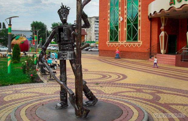 Железный дровосек на площади перед детским центром