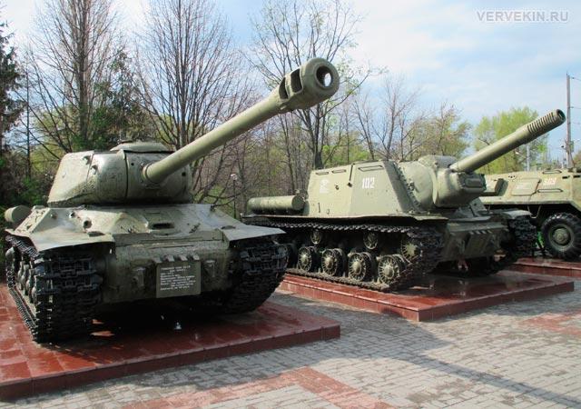 Музей-диорама (Воронеж): танк ИС-2 и смоходная установка ИСУ-152