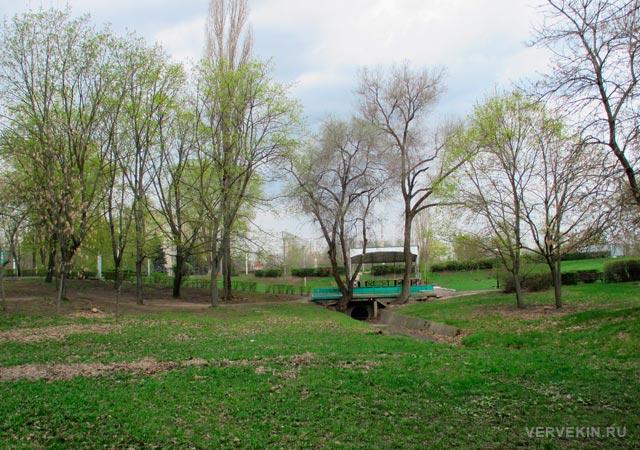 Парк Патриотов: мостик через небольшой овраг