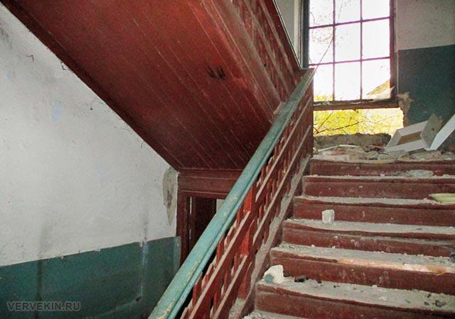 Лестничный марш с деревянными ступенями в аварийном доме