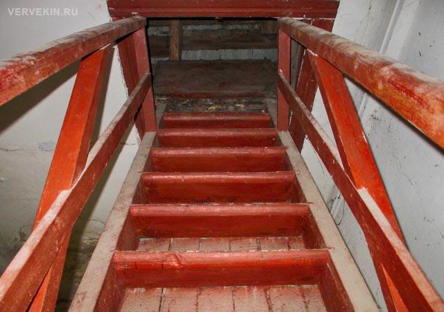Деревянная лестница на чердачный этаж