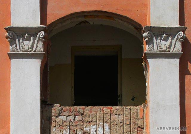 Балкон с барельефом на фасаде