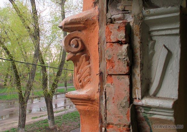 Балкон с барельефом, вид на улицу