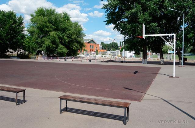 Баскетбольная площадка в парке Юбилейном (Россошь)