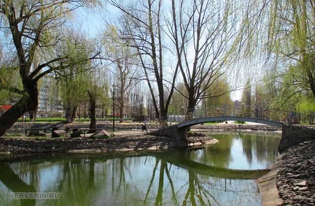 Парк Юбилейный: пруд (озеро) с островом и катамаранами