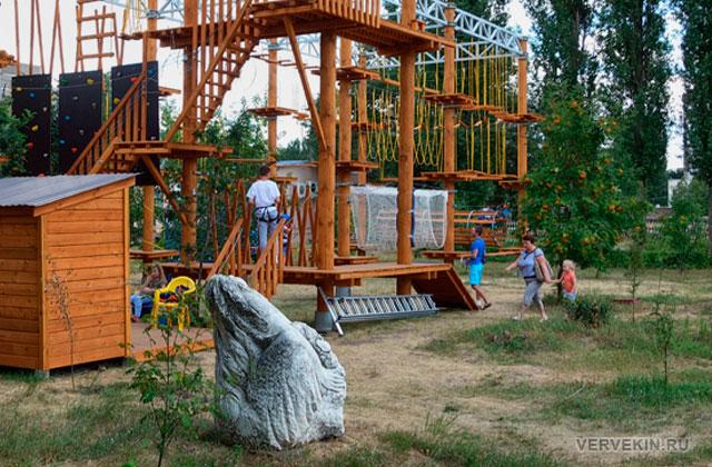 """Парк """"Юбилейный"""" (Россошь): скалодром и веревочный городок"""