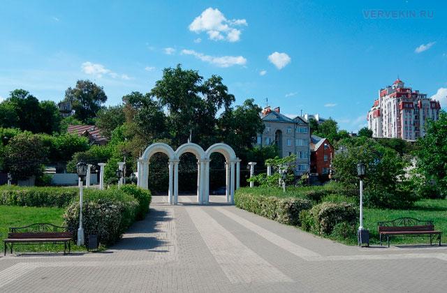 Воронеж: Адмиратейская площадь, белые арки у входа