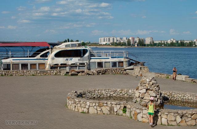 Воронеж: Петровская набережная, ржавый катер у причала