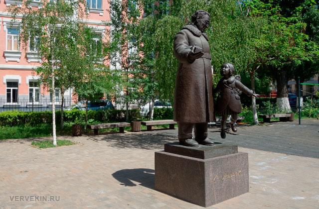Воронеж: улица Карла Маркса, памятник Самуилу Маршаку
